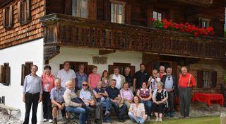 """Die Chronistenrunde am alten """"Wegmacherhaus"""", dem Ellmauer Heimatmuseum."""