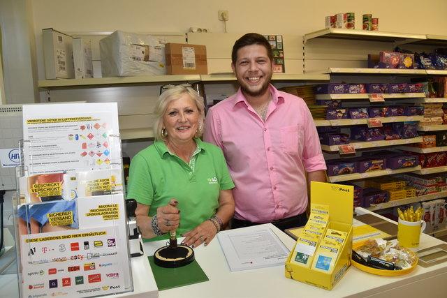 Eröffnung: Postpartner und ADEG-Geschäftsmann Stefan Lang mit seiner Mitarbeiterin Lisbeth Kreuter.