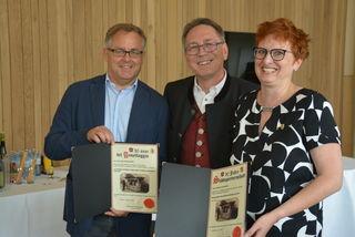 Die Delegationsleiter aus Rovereto (li) und Frauenfeld (re) mit den Geschenkurkunden für die Krippen und Kufsteins Bgm Martin Krumschnabel.