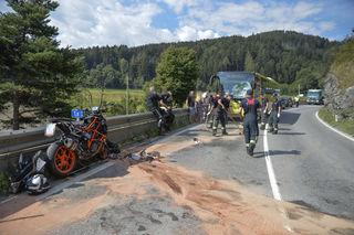 Das Motorrad kollidierte frontal mit dem Bus – der Lenker erlag seinen schweren Verletzungen, der Busfahrer wurde leicht verletzt.
