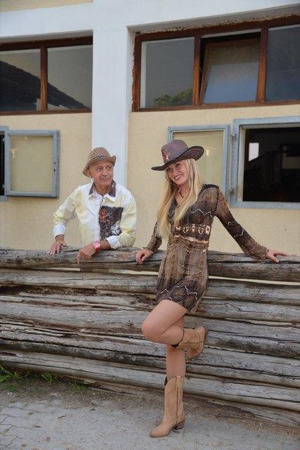 Bandleader Walter Schachner & Sängerin Klara präsentierten sich in Farrach im Country-Look. Fotos: Pfister