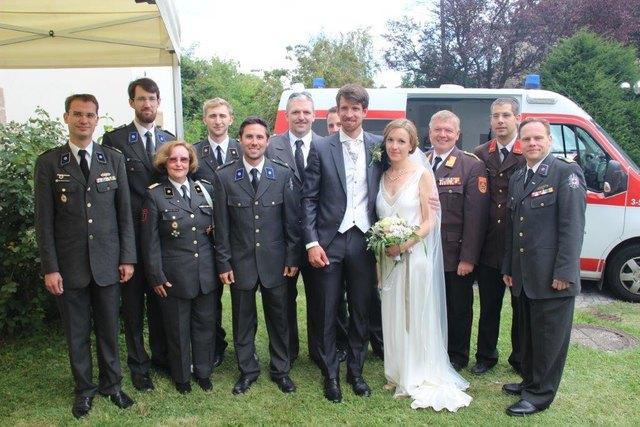 ÖRK: Rotes Kreuz Niederösterreich und die Feuerwehr Klosterneuburg gratulieren dem Brautpaar