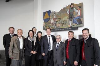 Je ein Relief der Axamer Partnergemeinden Naturns (Bild) und Rohrbach hängt im Axamer Pavillon.
