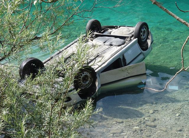 Die 44-Jährige Pkw-Lenkerin wurde von Motorradfahrern aus dem Unfallauto geborgen.