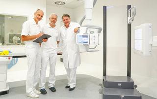 """V.l.n.r.: Manfred Höflehner (Leiter der Orthopädie), Oliver Sommer (Leiter der Radiologie) und Manfred Mittermair (Leiter der Unfallchirurgie) mit dem neuen Röntgensystem """"Multitom Rax""""."""