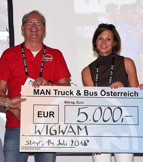 Geschäftsfüher von MAN Truck & Bus Österreich in Steyr, Thomas Müller, überreicht den Spendenscheck in Höhe von 5.000 Euro an die Geschäftsführerin des Kinderschutzzentrums WIGWAM, Sonja Farkas.