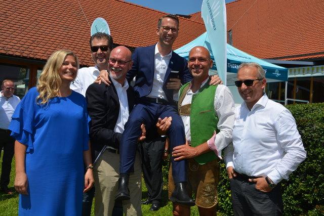 Stolz auf den Erfolg, der schon 4 Jahrzehnte wehrt: Thermenchef Philip Borckenstein-Quirini, Prokuristin Doris  Fritz mit ehemaligen Thermenchefs und Ehrengästen.