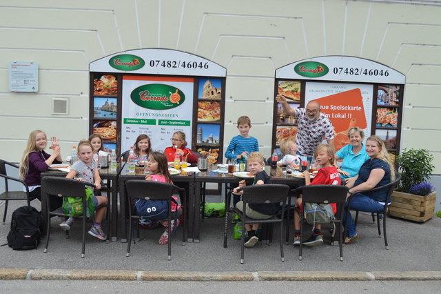 Die Scheibbser Kinder amüsierten sich prächtig mit Pizzabäcker Corrado Salvia.