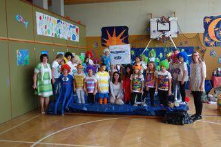 """Das Musical """"Die Müllhexe Rosalie"""" wurde von den Schülern der VS St. Stefan unter der Leitung von Direktorin Erna Allerstorfer (l) zum Schulschluss präsentiert."""