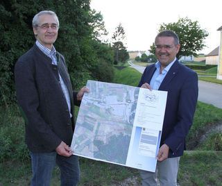 VBgm. Johannes Freudhofmaier zeigt LAbg. Manfred Schulz die Planunterlagen für die Hochwasserschutzprojekte in der Gemeinde Kreuzstetten.