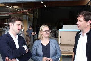 Lukas Schnitzer (l.) und Martina Kaufmann schauten sich den Tischlereibetrieb Prödl in Kirchberg an.