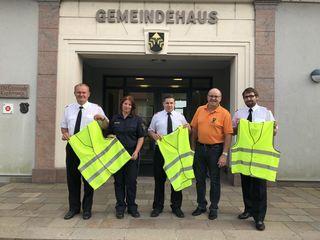 Bettina Sommer von der Polizei Fehring und Bürgermeister Ferdinand Groß gaben die Warnwesten an die Feuerwehren weiter.