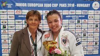 Maria Höllwart feierte ihren zweiten Sieg in Paks – im Bild mit Trainerin Marianne Niederdorfer.