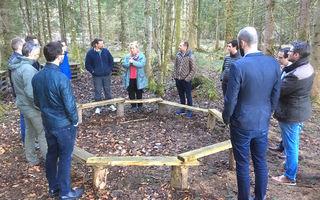 Maria Nißl erklärte den Round-Table-Mitgliedern den Sitzkreis im Wald.