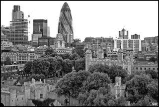 """GROSSansicht erwünscht !  -  Der Super-Wolkenkratzer """"Gherkin"""" ist ein Wahrzeichen des Londoner Finanzdistrikts. Jetzt gehört das Gebäude dem Südamerikaner Joseph Safra. Er soll mehr als 900 Millionen Euro dafür gezahlt haben. Gekauft Nov. 2014. wiki."""
