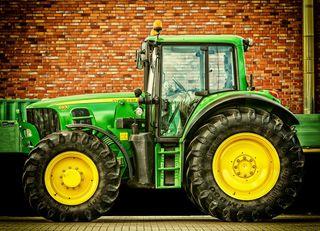 Ein Traktor rutschte ab und traf eine Fußgängerin - Foto: https://pixabay.com/de/traktor-fahrzeug-trecker-2077639/