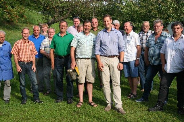 Obmann Alois Rauch (vorne, l.) mit den Vereinsmitgliedern und Referenten beim Imkerstammtisch.