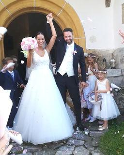Verliebt, verlobt, verheiratet: Vanessa und Philipp Hofer schreiten überglücklich aus der Kirche und flittern derzeit auf den Malediven.