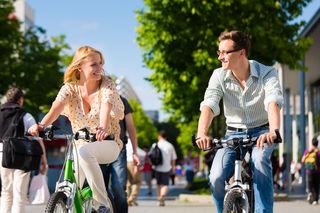 Scheidet die Geister: Radfahren im Park.
