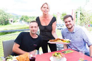 Aufgetischt: Kellnerin Andrea Glettler versorgte Andreas Fussi (l.) und WOCHE-Redakteur Stefan Haller.