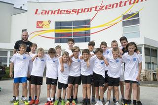 Trainer Benjamin Steinhofer und seine U 12-Kicker aus Pamhagen beim Trainingslager in Steinbrunn