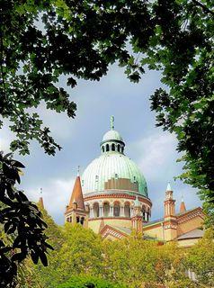 der Antonskirche in Favoriten...wobei das Grün der Bäume und Sträucher wie ein Bilderrahmen wirkt...