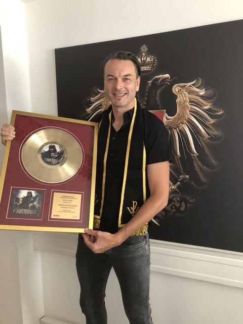 Napalm Records CEO Markus Riedler freut sich über die Goldene Schallplatte.