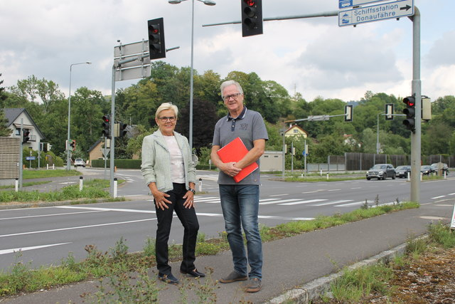 Rosemarie Reinhart (l.) und Franz Bauer zeigen die Situation auf.