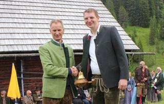 Pastpräsident Markus Moser (re.) übergab die Präsidentschaft auf der Suppan-Alm an den neuen Präsidenten Nico Schoklitsch.
