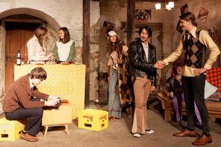 """Die Liebesgeschichte """"Bonnie & Clyde"""" bietet Volkstheater aus dem Jahr 1977 im besten Sinn – inszeniert vom Ensemble Mokrit und begleitet von der Kultband """"Die Querschläger."""