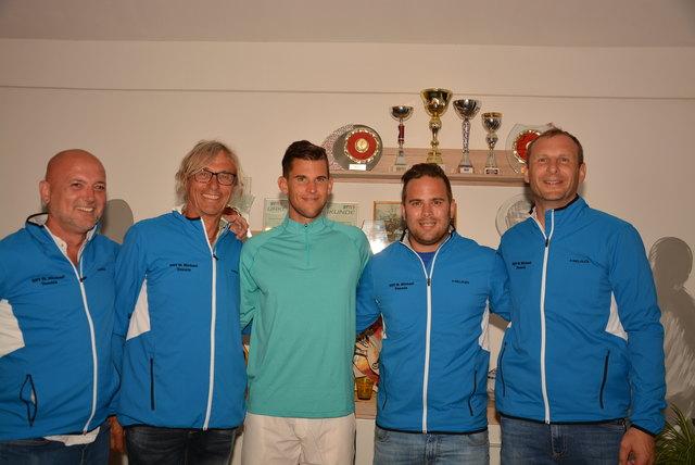 Dominik Thiem (Bildmitte) mit den Tennisfreunden des ESV St. Michael.
