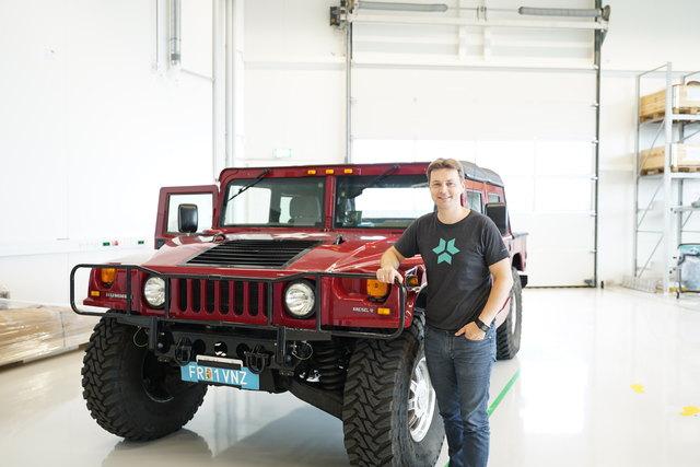 Markus Kreisel mit Arnold Schwarzeneggers Hummer, der im Mühlviertel gerade von Verbrennungs- auf Elektromotor umgebaut wird. Der Hummer bekommt eine 100 kw/h starke Batterie. Das Gefährt wird in Zukunft 490 PS auf die Straße bringen.