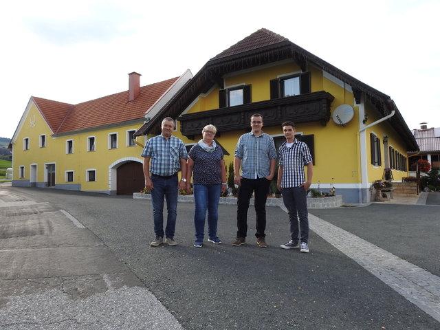 Josef und Andrea Kopper mit ihren beiden Söhnen Alexander und Markus haben sich der Milch- und Forstwirtschaft verschrieben