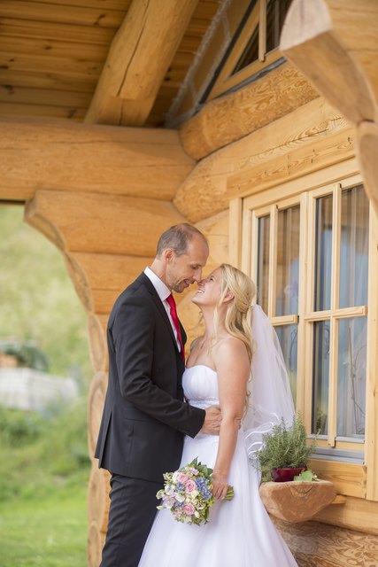 Das Hochzeitspaar Harald Löscher und Kerstin Glettler vor seinem Blockhaus in St. Michael.
