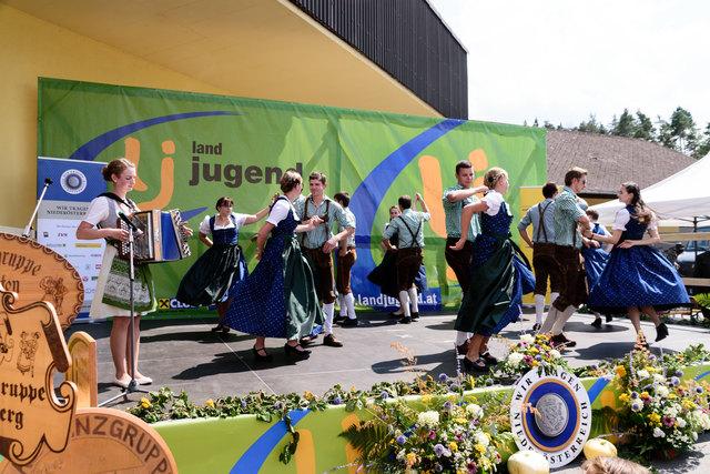 Die Volkstanzgruppe Dobersberg eröffnete das 37. Waldviertler Volkstanzfest mit tollen Volkstänzen.