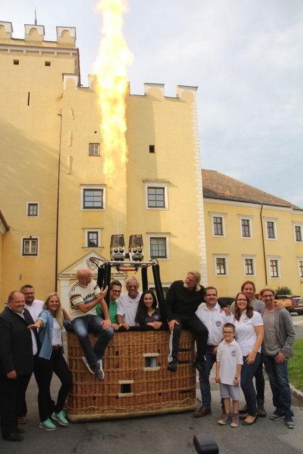 Ein Riesenevent: Organisatoren, Piloten und Promis rühren vor dem Schloss Groß Siegharts die Werbetrommel für die Weltmeisterschaft im Ballonfahren.