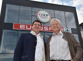 Heimo Prodinger (Direktor Wirtschaftsverein Tamsweg) und Baumeister Alois Lankmayer vorm neuen Coop-Shopping-Center (v.l.).