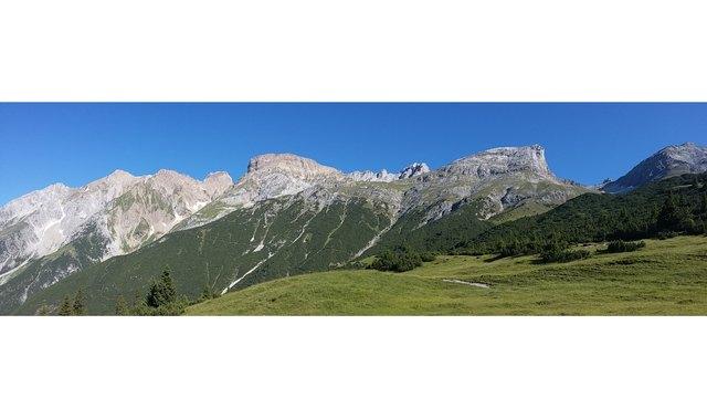 erster Blick vom Ochsenberg zum Gatschkopf gleich links von der Bildmitte. Ganz links der Stertekopf, dann die Dawinspitze, Bocksgartenspitze und Parseierspitze, rechts vom Gatschkopf sind noch der Simeleskopf, das Blankahorn sowie der Wannenkopf zu sehen