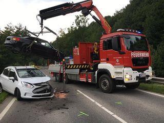 Auf der Bundesstraße B25 in Neustift krachten zwei Autolenker zusammen. Drei Personen verletzten sich bei dem Unfall.
