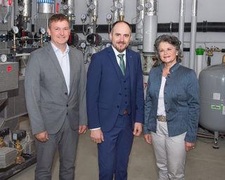 """Reinhard Jennewein (GF Stadtwerke Wörgl), """"Spar""""-GF Christof Rissbacher und Wörgls Bürgermeisterin Hedi Wechner nahmen die neue Fernwärmeversorgung in Betrieb."""
