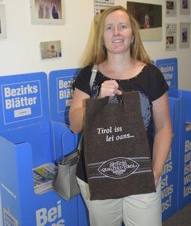 Evelyn Treichl konnte sich ihr Genusspaket in der BEZIRKSBLÄTTER-Geschäftsstelle in Kitzbühel abholen.