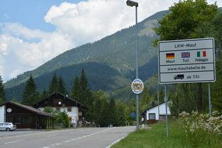 Der Ursprungpass zwischen Thiersee und Bayrischzell am Mittwochnachmittag, dem 18. Juli. Die ehemaligen Zollgebäude dienen seit Langem als Wohn- und Firmengebäude.