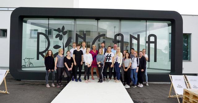 Willkommen im Team! Ringana Geschäftsführung im Hintergrund mit den ersten Praktikanten, die heuer im Sommer bei Ringana im Frischewerk arbeiten.