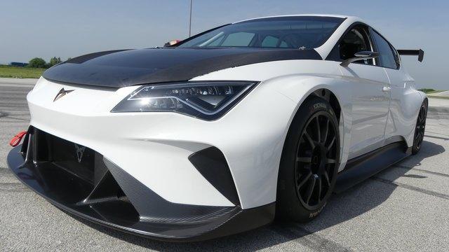 Interessant zu wissen: Der neue Hochleistungssportler Cupra e-Racer baut auf der Karosserie des Seat Leon auf.