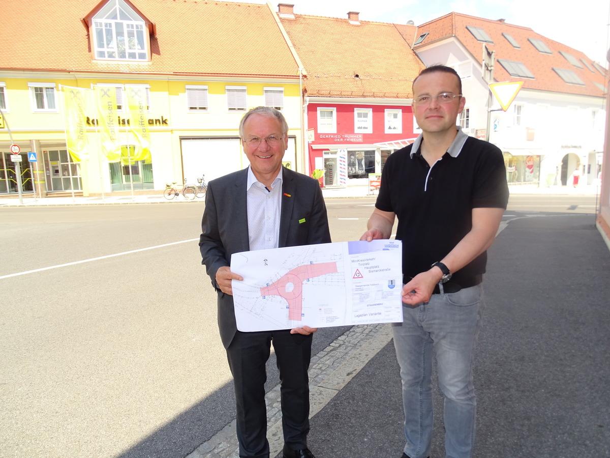 Jetzt geht's ans Eingemachte: Bürgermeister Josef Ober und Bauverantwortlicher Achim Konrad mit den Plänen.