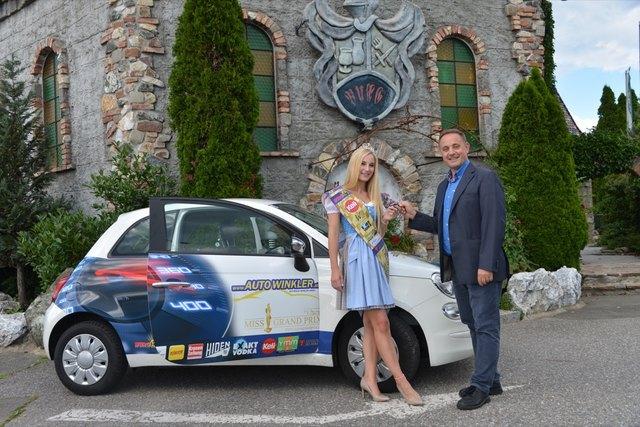 Autoschlüssel-Übergabe durch Robert Neumann an Alexandra Sedlmaier aus Kärnten, die amtierende Miss Grand Prix 2018.  Fotos: Pfister