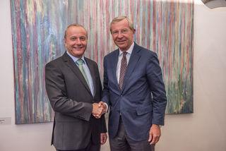 Landeshauptmann Wilfrid Haslauer mit dem neuen Bürgermeister von Mauterndorf Herbert Eßl.
