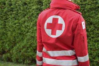 Die 18-Jährige musste mit dem Rettungshubschrauber ins Krankenhaus St. Johann gebracht werden.