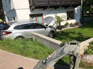 Das Fahrzeug des 81-Jährigen kam von der Straße ab und krachte in eine Gartenmauer. Der Mann wurde reanimiert.