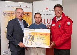 LH-Stellvertreter Stephan Pernkopf mit dem Gewinner einer Reise nach Los Angeles Martin Radic und General Josef Schmoll, Präsident Rotes Kreuz NÖ.